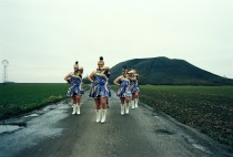 défilé de majorettes sur la route