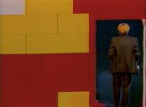 émission de télévision bulgare, la journaliste entre dans un décor en lego